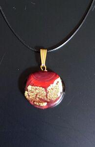 תליון עיגול אדום עם נגיעות זהב