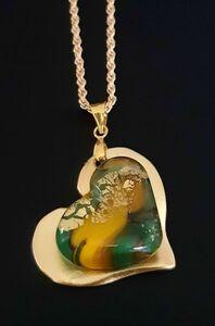 לב ירוק צהוב על זהב